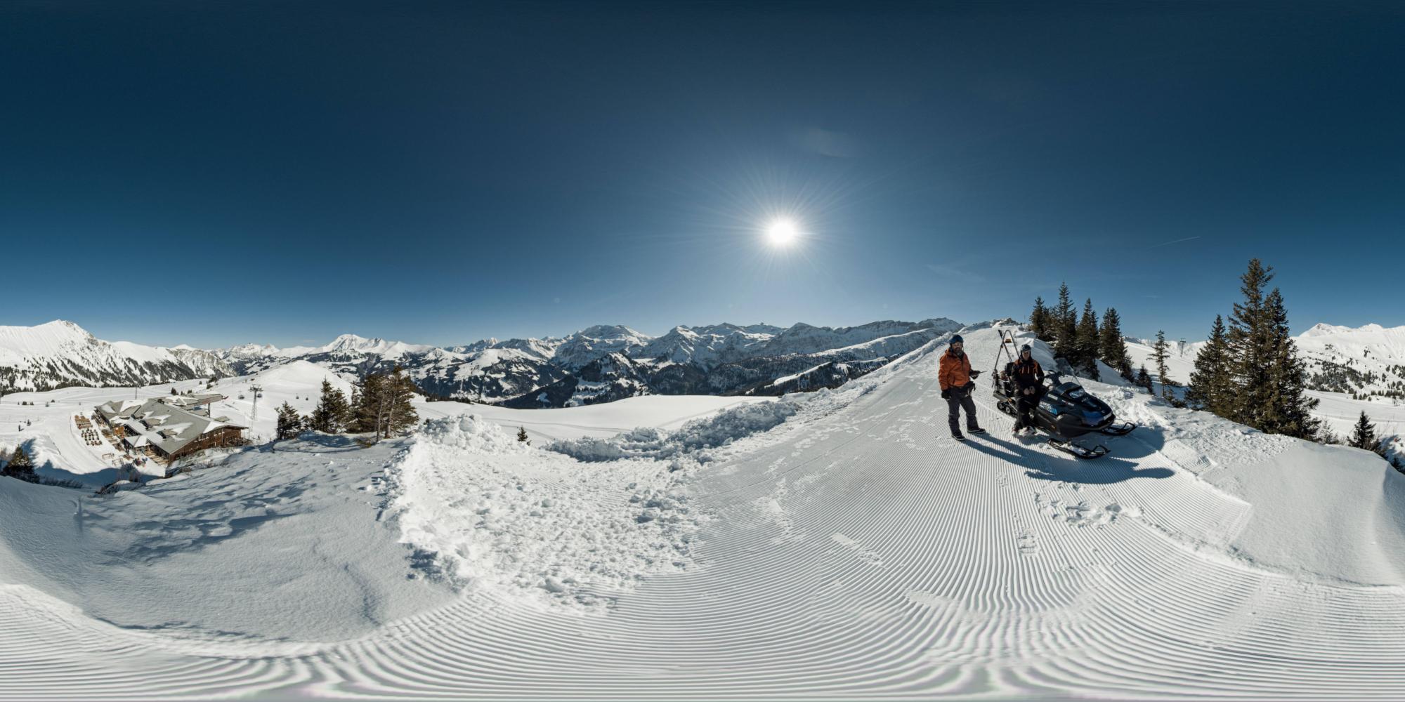 Stefan Gilgen und der Pisten- und Rettungschef vor einem Schneetöff auf dem Leiterli